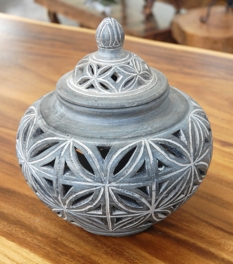 Clay urn with Lid 2a